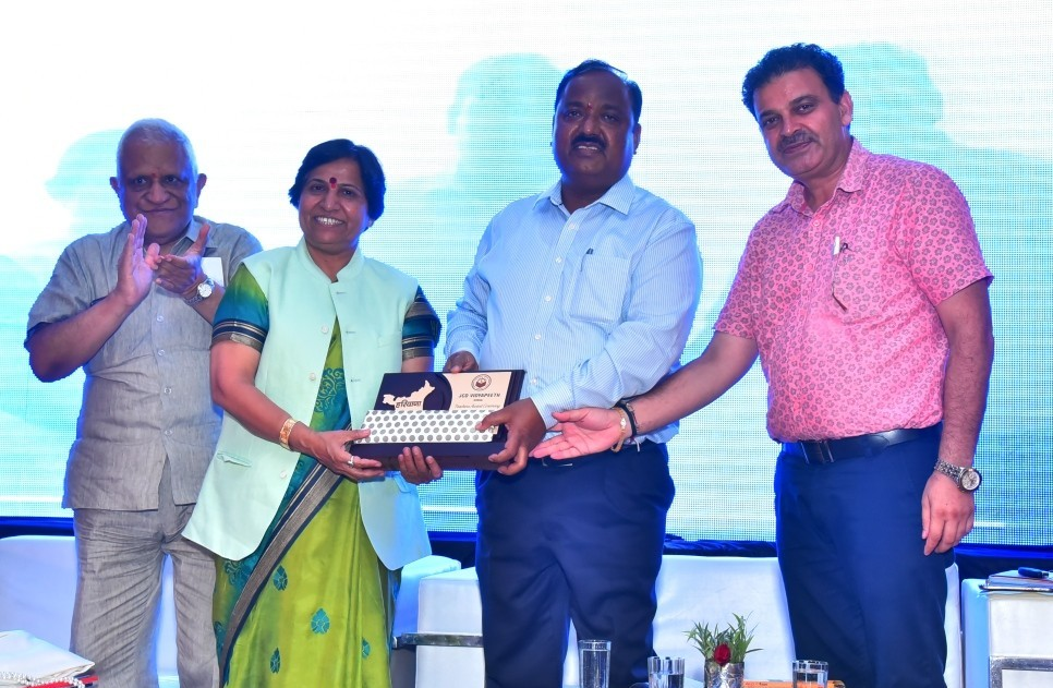 Present-Momento-To-Chief-Guest-by-MD-JCDV-and-others